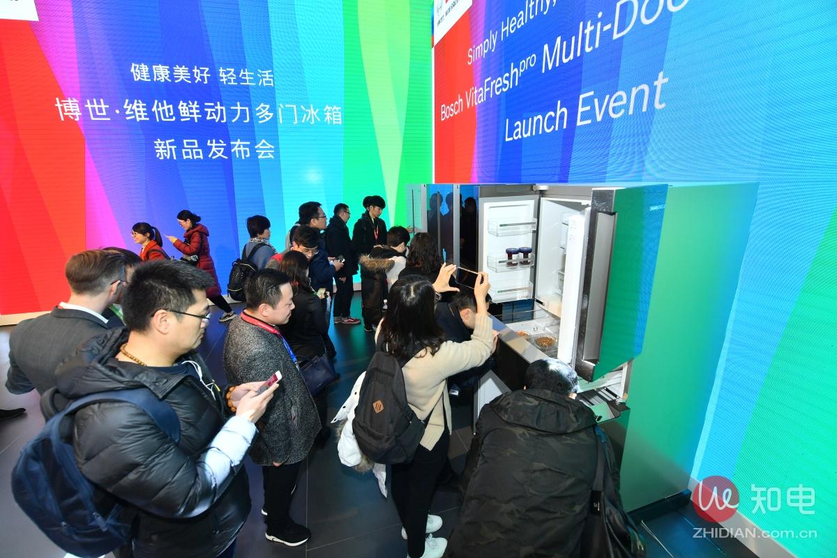 7、现场观众参观博世家电新品——维他鲜动力多门冰箱.jpg