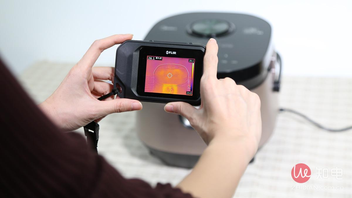 评测工程师用热成像仪测量外壳温度.jpg