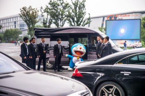 蓝胖子从车上下来