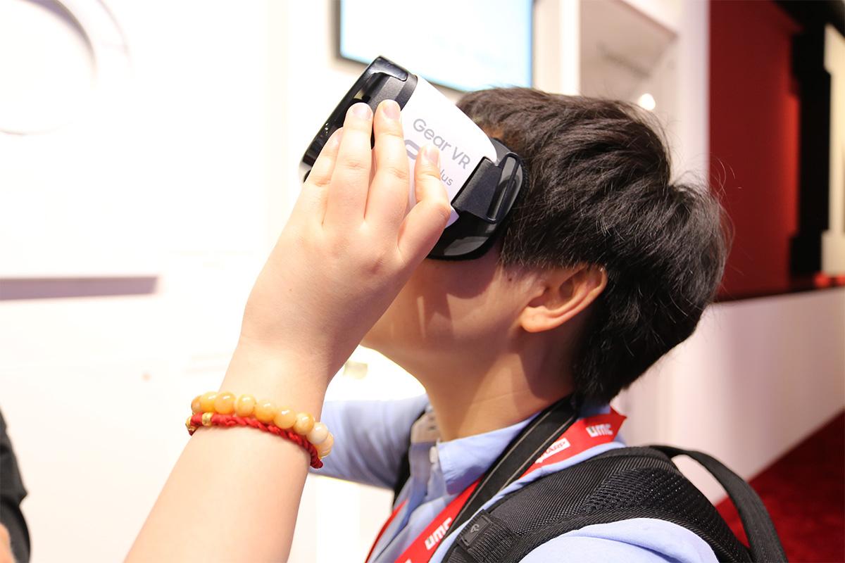 miele展区使用VR进行体验